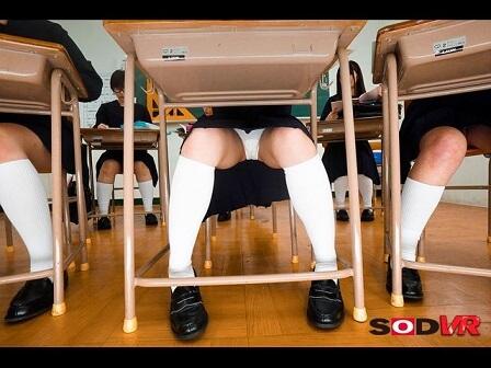 机の下の覗き2
